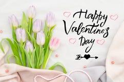 Tarjeta de felicitación manuscrita de las letras de día del ` s de la tarjeta del día de San Valentín Ramo de tulipanes rosados C Foto de archivo libre de regalías