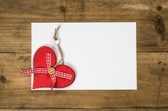 Tarjeta de felicitación para el día de tarjetas del día de San Valentín con los corazones rojos Fotos de archivo libres de regalías
