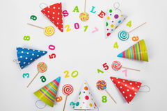 Tarjeta de felicitación para el partido del carnaval Sombrero del partido, piruleta dulce, cuesta Imagen de archivo