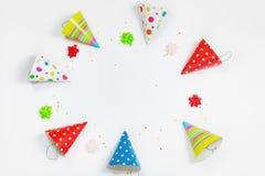 Tarjeta de felicitación para el partido del carnaval Sombrero y confeti del partido en ligh Foto de archivo