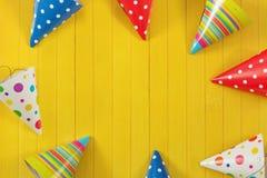Tarjeta de felicitación para el partido del carnaval Sombrero y velas del partido en woode Foto de archivo libre de regalías