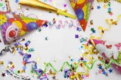 Tarjeta de felicitación para el partido del carnaval sombrero y velas en el fondo blanco Imágenes de archivo libres de regalías