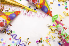 Tarjeta de felicitación para el partido del carnaval sombrero y velas en el fondo blanco Foto de archivo