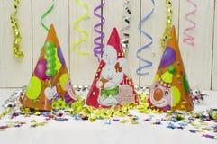 Tarjeta de felicitación para el partido del carnaval sombrero y velas en el fondo blanco Imagenes de archivo