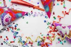 Tarjeta de felicitación para el partido del carnaval sombrero y velas en el fondo blanco Imagen de archivo libre de regalías
