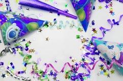 Tarjeta de felicitación para el partido del carnaval sombrero y velas en el fondo blanco Foto de archivo libre de regalías