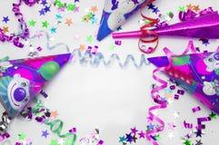 Tarjeta de felicitación para el partido del carnaval sombrero y velas en el fondo blanco Fotografía de archivo libre de regalías