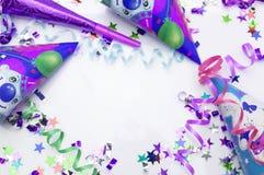 Tarjeta de felicitación para el partido del carnaval sombrero y velas en el fondo blanco Fotografía de archivo