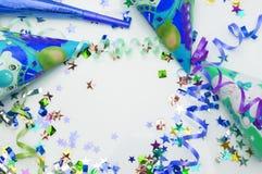 Tarjeta de felicitación para el partido del carnaval sombrero y velas en el fondo blanco Fotos de archivo libres de regalías
