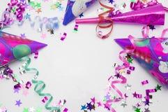 Tarjeta de felicitación para el partido del carnaval sombrero y velas en el fondo blanco Fotos de archivo