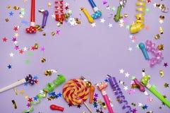 Tarjeta de felicitación para el partido del carnaval sombrero y velas en el fondo blanco Fondo para el cumpleaños Imagen de archivo
