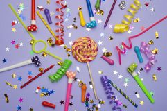 Tarjeta de felicitación para el partido del carnaval sombrero y velas en el fondo blanco Fondo para el cumpleaños Imagenes de archivo