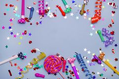 Tarjeta de felicitación para el partido del carnaval sombrero y velas en el fondo blanco Fondo para el cumpleaños Imagen de archivo libre de regalías