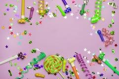 Tarjeta de felicitación para el partido del carnaval sombrero y velas en el fondo blanco Fondo para el cumpleaños Imágenes de archivo libres de regalías