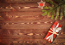 Tarjeta de felicitación para el ` s Eve Dinner del Año Nuevo Cubiertos en TA de madera Foto de archivo