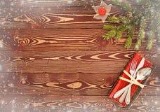 Tarjeta de felicitación para el ` s Eve Dinner del Año Nuevo Cubiertos en TA de madera Foto de archivo libre de regalías