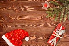 Tarjeta de felicitación para el ` s Eve Dinner del Año Nuevo Cubiertos en TA de madera Imagen de archivo libre de regalías