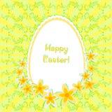 Tarjeta de felicitación para Pascua con el huevo y los narcisos pintados en fondo con el ornamento floral Ningunos terraplenes de Fotografía de archivo