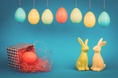 Tarjeta de felicitación de Pascua con dos conejitos imagen de archivo libre de regalías