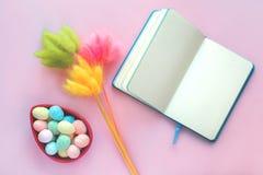 Tarjeta de felicitación de Pascua con los huevos en cuaderno del cuenco fotos de archivo
