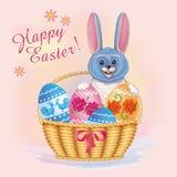 Tarjeta de felicitación Pascua feliz con el conejo y la cesta de huevos Fotografía de archivo