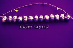 Tarjeta de felicitación de Pascua Tarjeta de los huevos de Pascua con confeti de oro en superficie r r stock de ilustración