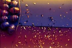 Tarjeta de felicitación de Pascua Tarjeta de los huevos de Pascua con confeti de oro en superficie r r fotografía de archivo libre de regalías
