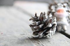Tarjeta de felicitación por la Navidad y el Año Nuevo Conos de abeto Santa Claus Fotos borrosas el fondo Imagen de archivo
