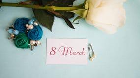Tarjeta de felicitación, rosa del blanco, pendientes y broche imagenes de archivo