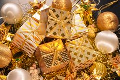 Tarjeta de felicitación temática del día de fiesta del oro de lujo con las cajas de regalo Fotos de archivo libres de regalías