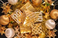 Tarjeta de felicitación temática del día de fiesta del oro de lujo con las cajas de regalo Foto de archivo