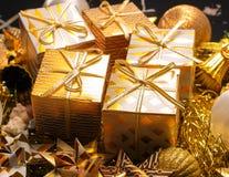 Tarjeta de felicitación temática del día de fiesta del oro de lujo con las cajas de regalo Fotos de archivo