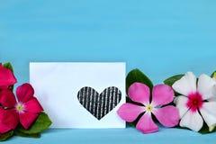 Tarjeta de felicitación vacía y flores coloridas fotos de archivo