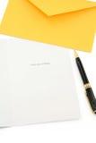 Tarjeta de felicitación y sobre amarillo Foto de archivo