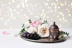 Tarjeta de felicitaci?n de Ramadan Kareem, invitaci?n Cena de Iftar E r imagen de archivo