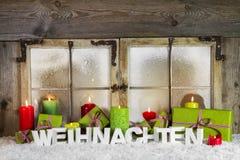 Tarjeta de felicitación alemana en rojo y verde con el texto: Navidad Imagen de archivo
