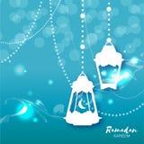 Tarjeta de felicitación azul de la celebración de Ramadan Kareem Lámparas árabes colgantes, estrellas y luna creciente Imagenes de archivo