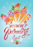 Tarjeta de felicitación con los conos de helado en fondo azul calligrap Foto de archivo libre de regalías