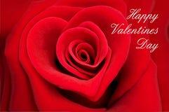 Tarjeta de felicitación de la tarjeta del día de San Valentín, rosa del rojo en forma de un corazón Foto de archivo