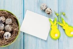 Tarjeta de felicitación de Pascua con los huevos y la decoración Fotografía de archivo libre de regalías