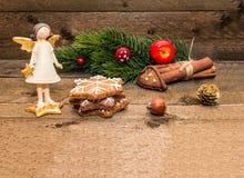 Tarjeta de felicitaciones de la Navidad en fondo de madera con el espacio para su texto fotografía de archivo