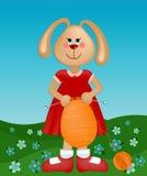 Tarjeta de felicitaciones de Pascua con el conejo que hace punto el huevo Fotografía de archivo