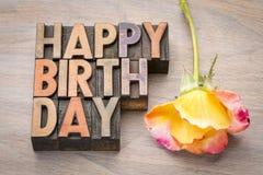 Tarjeta de felicitaciones del feliz cumpleaños en el tipo de madera Imagen de archivo libre de regalías