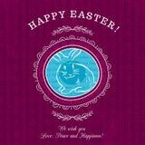 Tarjeta de felicitaciones púrpura para el día de Pascua con el conejo Fotografía de archivo libre de regalías