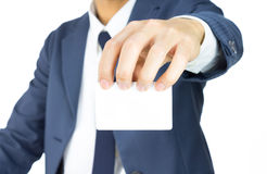 Tarjeta de Hold Top Business del hombre de negocios aislada en el fondo blanco Foto de archivo libre de regalías