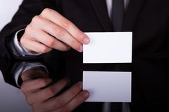 Tarjeta de Holding Blank Visiting del hombre de negocios foto de archivo libre de regalías