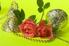 Tarjeta de Holliday con las mini rosas coralinas Imagen de archivo