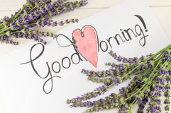 Tarjeta de la buena mañana con lavanda en una tabla Imagenes de archivo