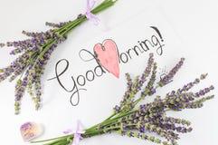 Tarjeta de la buena mañana con lavanda en una tabla Imagen de archivo libre de regalías