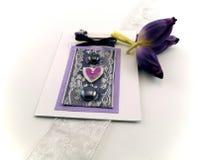 Tarjeta de la celebración con los tulipanes púrpuras Foto de archivo libre de regalías